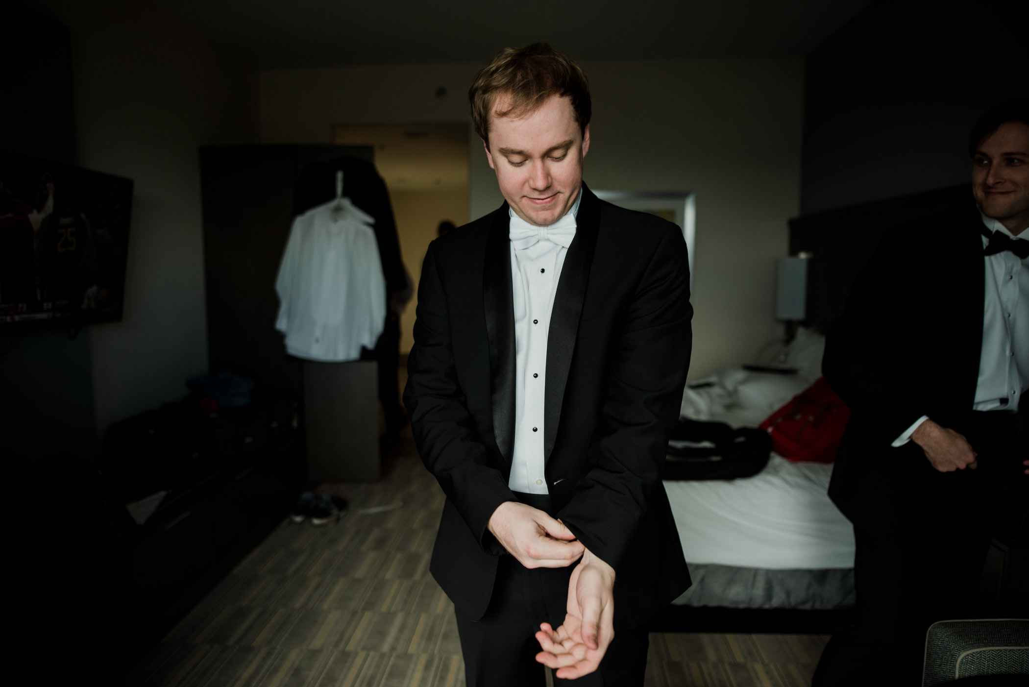 palafox-wharf-pensacola-wedding-groom-getting-ready-megburkephotography